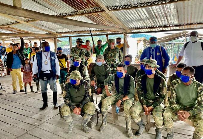 Los nueve militares en custodia de la guardia indígena de El Consuelo parte baja, zona rural del Carmen de Atrato en Chocó.