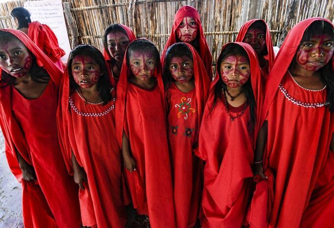 Niñas indígenas wayúu se preparan para realizar el tradicional baile La Yonna, en La Guajira.