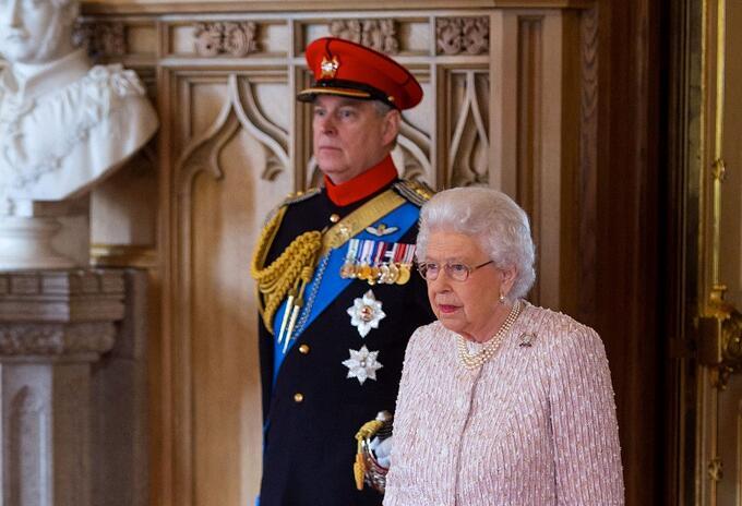 Príncipe Andrés y la reina Isabel II