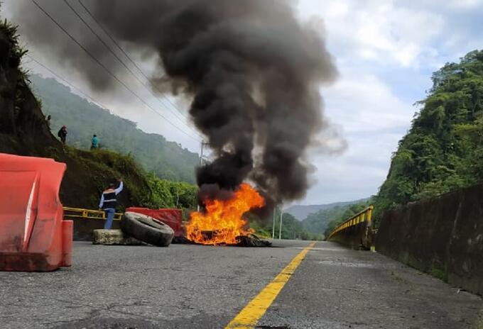 Bloqueada vía Buenaventura, comunidades indígenas queman llantas.