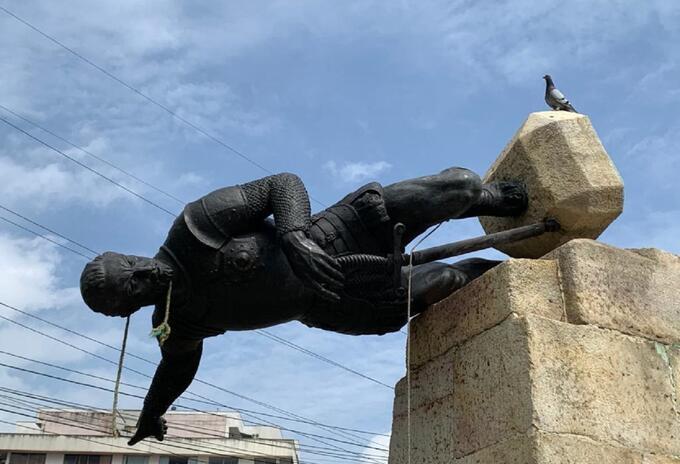 Valdalismo a la estátua de Sebastián de Belarcázar en Cali