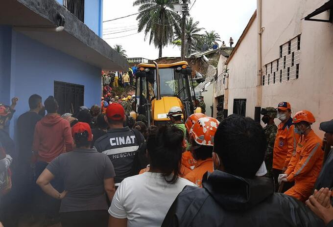 Tres personas muertas por caída de un muro tras fuerte aguacero en Florencia Caquetá