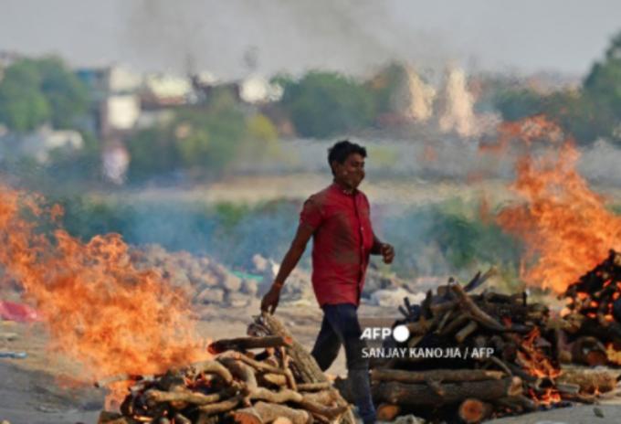 Creman a fallecidos por covid-19 en parqueaderos