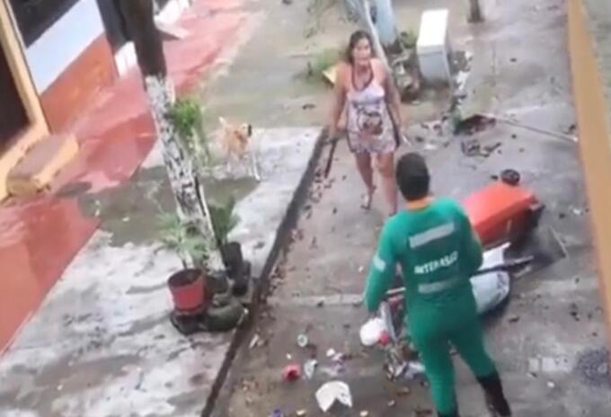 Mujer atacó con machete y humilló a una trabajadora del aseo