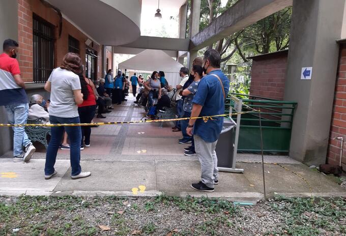 Filas vacunación Medellín
