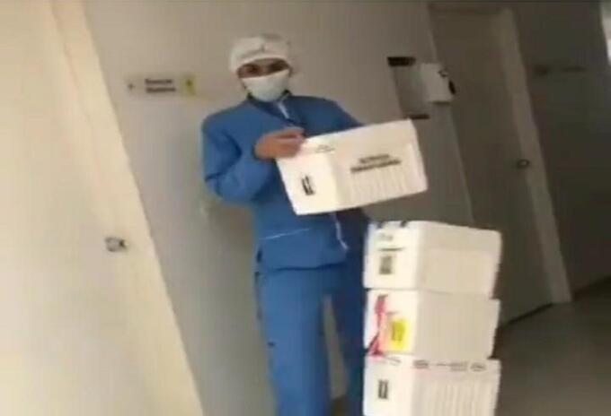 Momento en el que la auxiliar trata de acomodar las cajas.