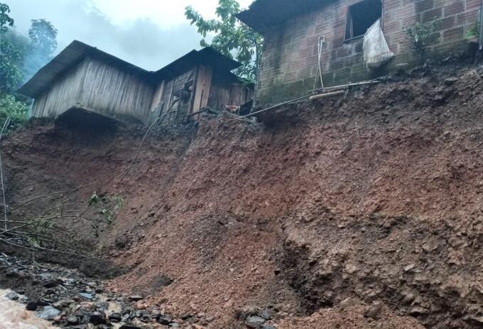 Viviendas afectadas por la creciente de una quebrada en Pueblo Rico, Risaralda