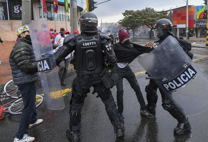 Choque entre manifestantes y la policía antidisturbios, en Bogotá.
