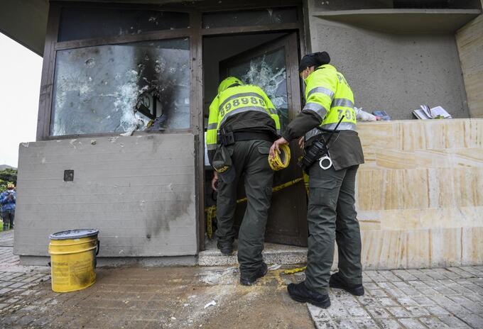 CAI de Bogotá vandalizado en medio de la protestas del paro nacional.