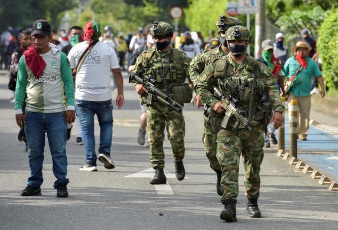 Soldados en Cali, durante las manifestaciones contra las reformas del Gobierno.