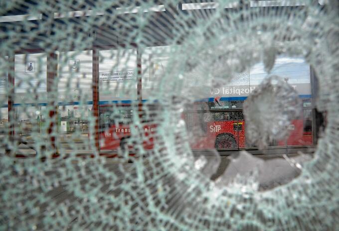 Vandalismo contra una de las estaciones de Transmilenio, en el sur de Bogotá.