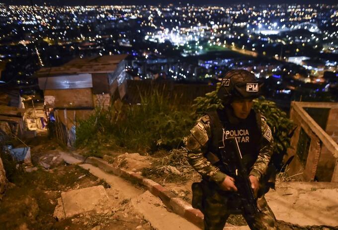 Uniformados patrullan las calles del barrio de Siloe, en Cali.