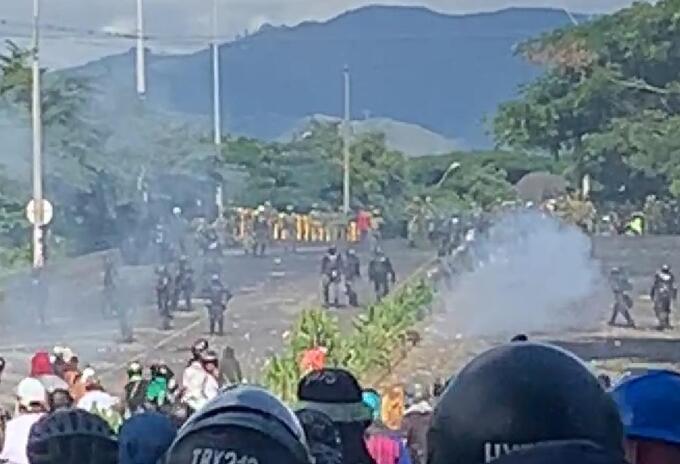 Desde el pasado jueves iniciaron los enfrentamientos entre Esmad y manifestantes ante el desbloqueo de la vía Panamericana.