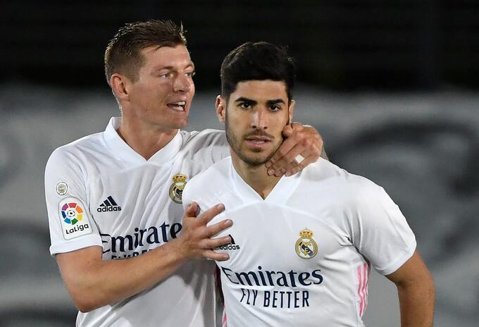 Toni Kroos y Marco Asensio celebran el gol de Asensio