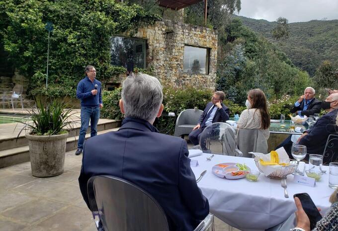 Gustavo Petro en reunión con empresario del país en pleno paro nacional.