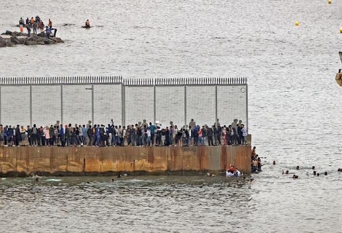 Migrantes africanos cruzan valla de Ceuta