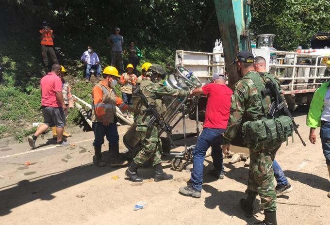 Soldados del Batallón Voltígeros de la Brigada 17 apoyan el transporte de oxígeno.