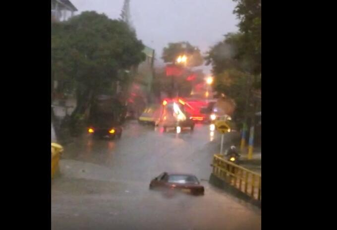 Vehículo bajo lluvias Ibagué 2021 mayo