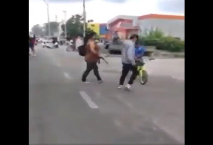 Madre saca a su hijo de protesta