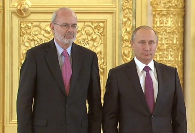 Embajador de Colombia en Rusia, Alfonso López Caballero, junto al presidente Vladimir Putin