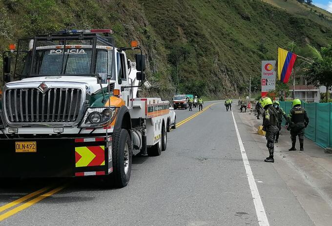 La Policía trabaja despejando la via