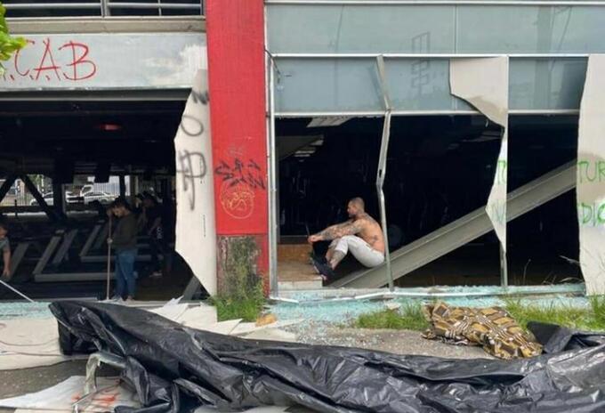 Así quedó un gimnasio en la Avenida Colombia en Medellín.