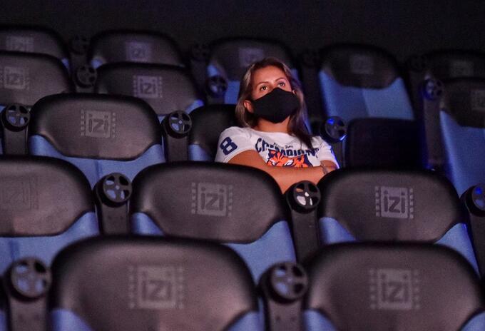 Mujer asistiendo a una función de cine.