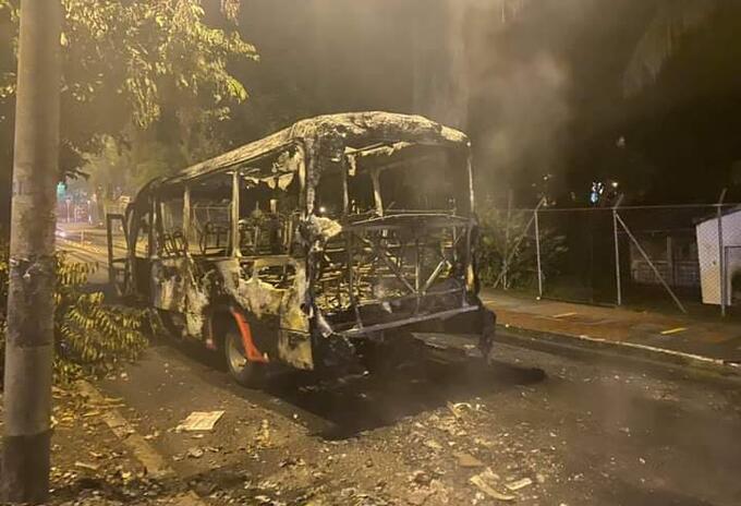 Buseta incinerada en Ibagué.