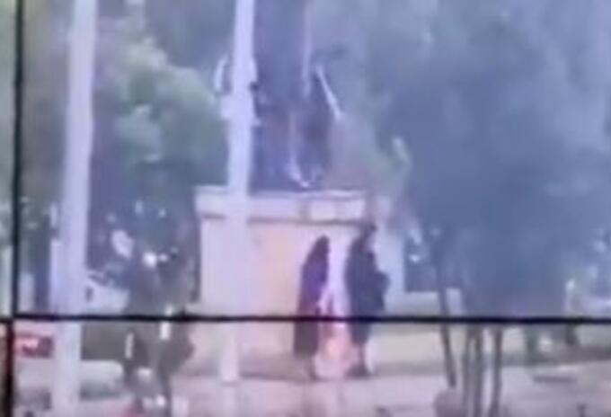 Indígenas intentan derrumbar estatua de Cristóbal Colón, en Bogotá