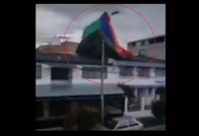 Inflable terminó sobre techo de casa