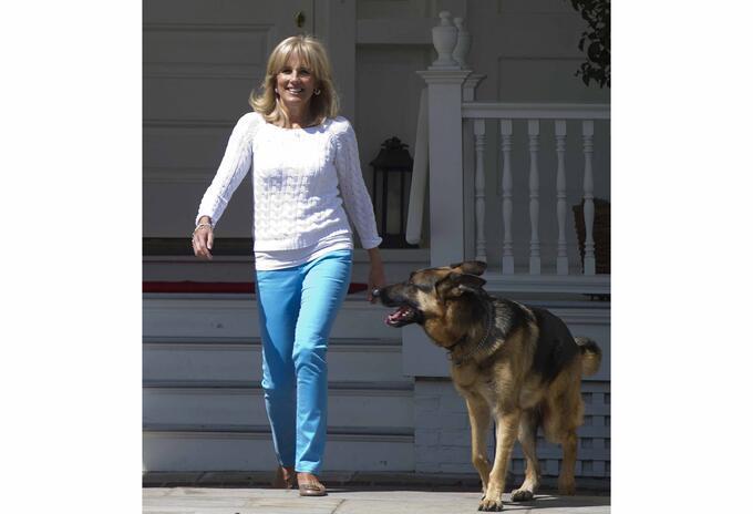 Jill Biden junto a su perro Champ