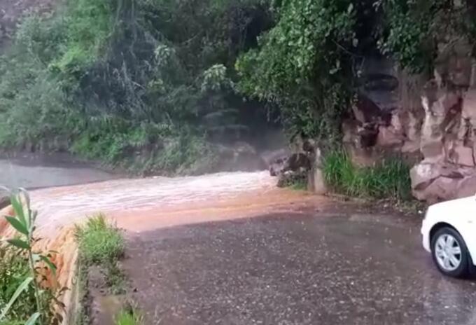 Las lluvias han generado caída de rocas en la vía Bucaramanga - Zapatoca.