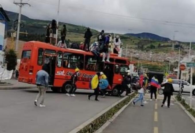 Este es uno de los buses incinerados en Pasto