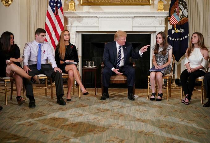 Donald Trump con sobrevivientes de tiroteos.